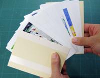 二つ折りにした見返し用紙で本文用紙をはさみます。